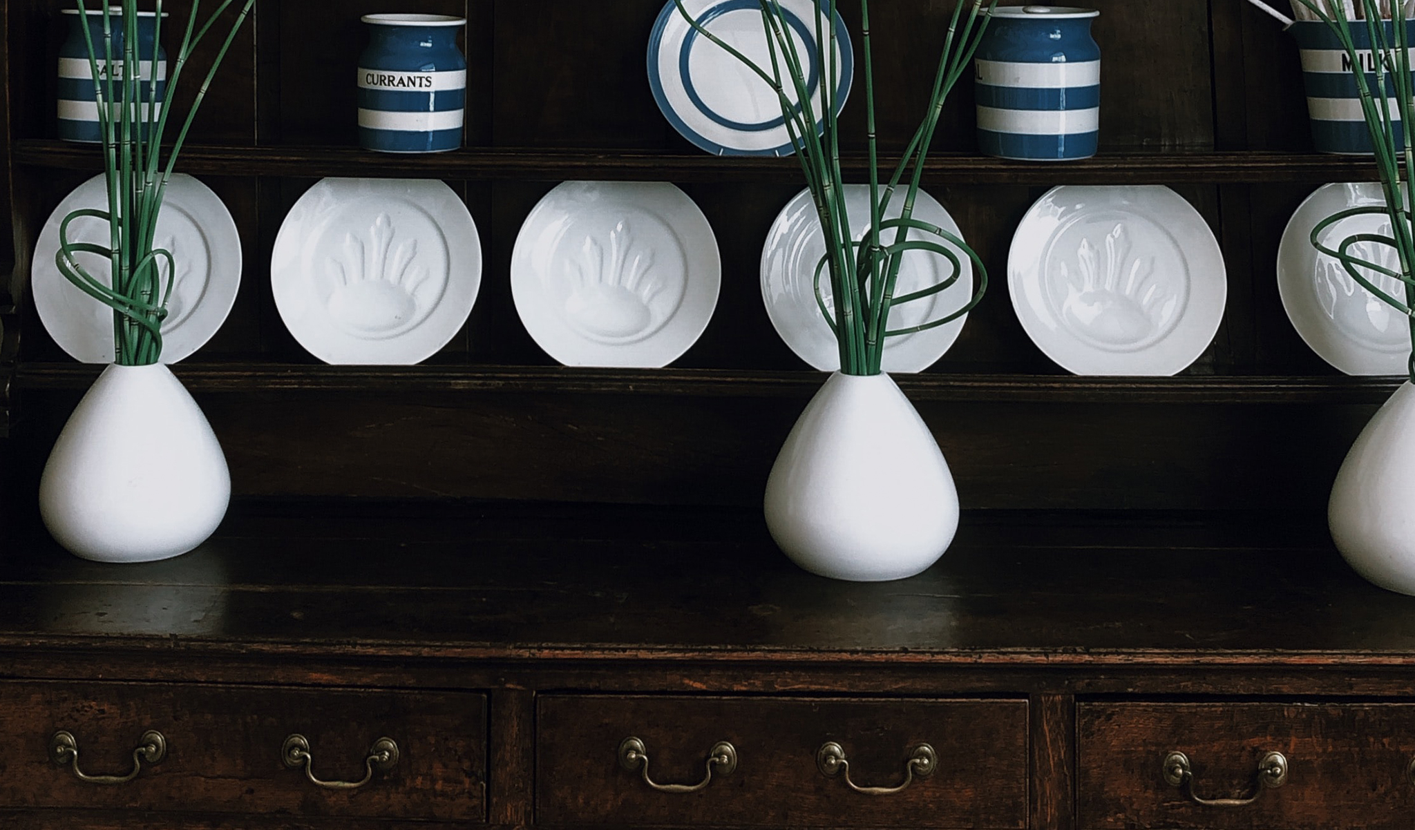 7 brilliant ways to organize a Sideboard for easy entertaining
